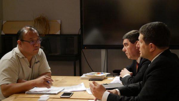 筆者採訪以色列駐台代表 Mr. Asher Yarden 與以色列駐代辦事處經貿處長 Mr. Ran Yehezkel。